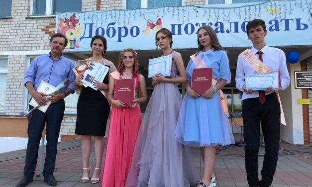 26 июня 2021 года  в 15 общеобразовательных организациях  Прохоровского района прошли торжественные мероприятия по вручению выпускникам  11-х классов  аттестатов о среднем общем образовании