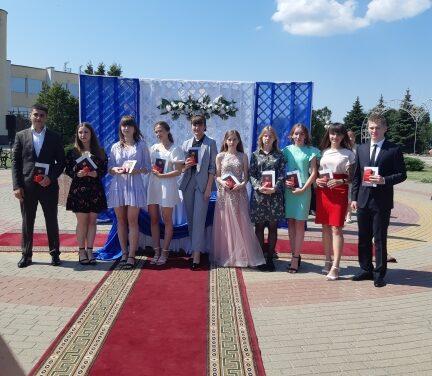 10 июля 2021 года на площади Славы п.Прохоровка состоялось торжественное чествование 10 лучших выпускников Прохоровского района.